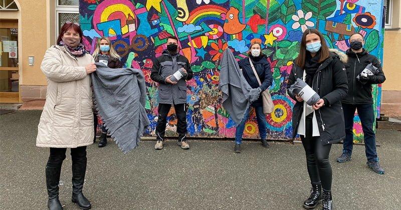 Gruppenbild der Spendenübergabe an der Grundschule Ziegelstein