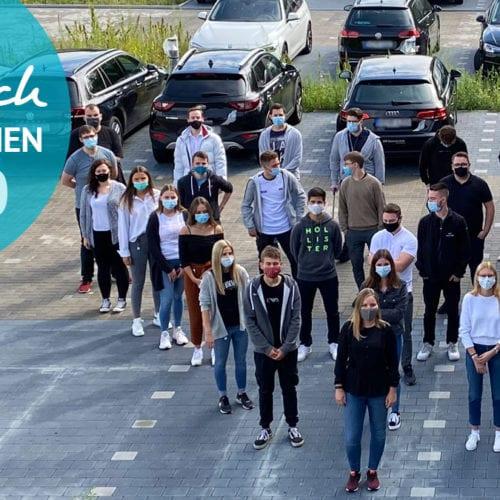 Gruppenbild der Azubis 2020 auf dem MR Parkplatz