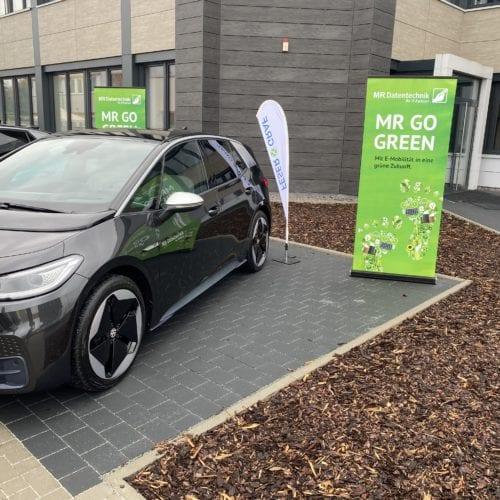 VW ID3 auf MR Parkplatz mit Rollup zu MR GoGreen