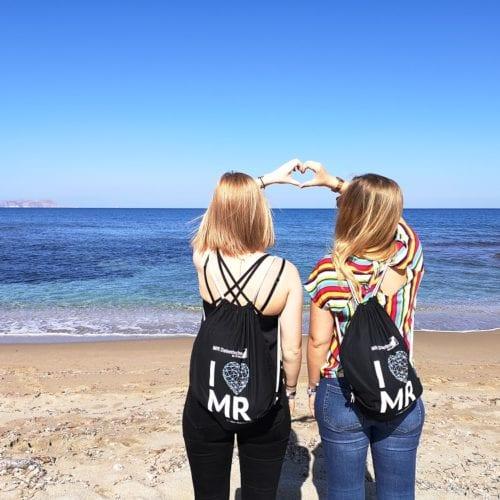 Mitarbeiterinnen am Strand auf Kreta mit I love MR Beuteln