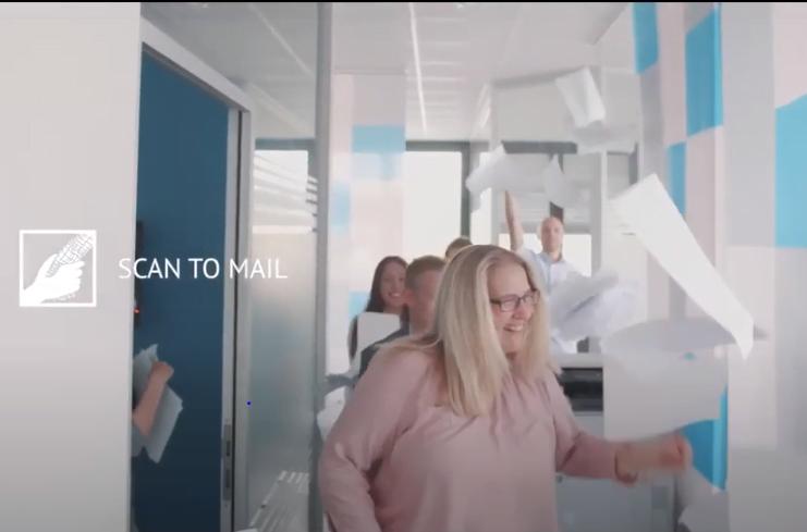 Mitarbeiter werfen Papier in die Luft