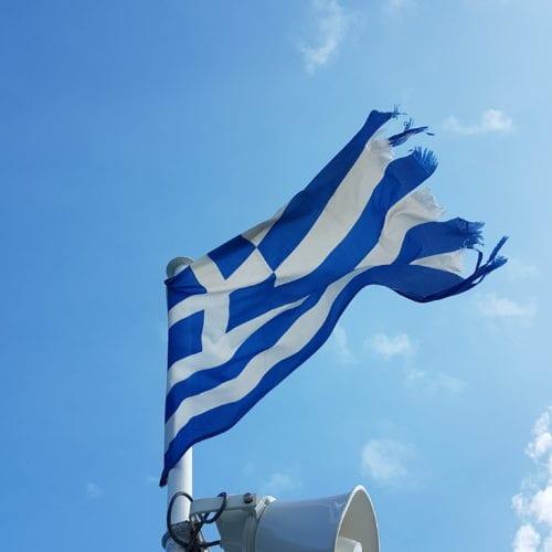 Griechische Flagge an einem Fahnenmast