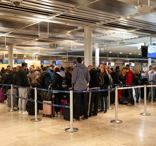 MR Mitarbeiter*innen beim Einchecken am Flughafen