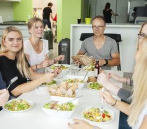 MR Datentechnik Mitarbeiter beim Essen in der Kantine in Nürnberg
