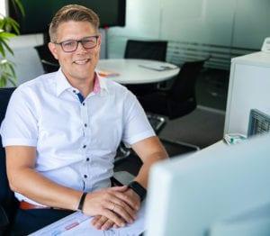MR Datentechnik Kollege sitzt am Arbeitsplatz in Nürnberg